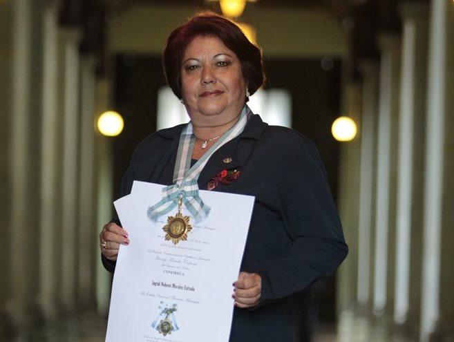 Ingrid Nohemi Morales es galardonada en la Ceremonia.  (Foto por Carlos Hernández)