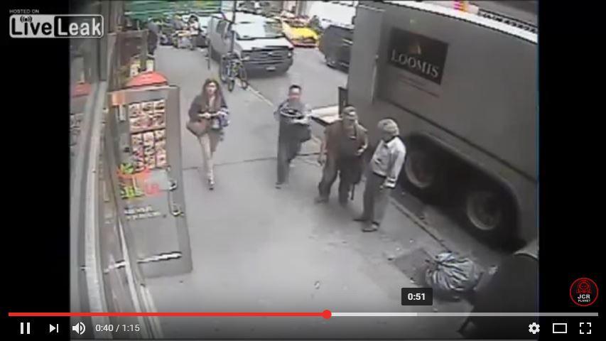 Captura del video que muestra al hombre cuando huye con el cargamento de oro. (YouTube).