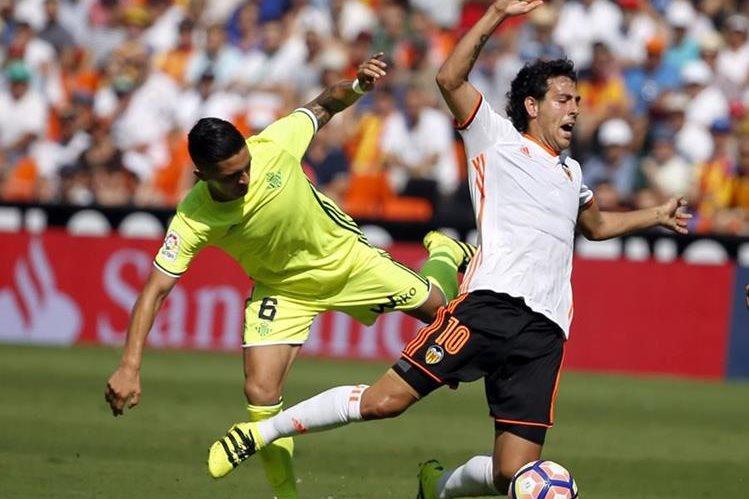 Daniel Parejo(d, sufre una entrada por el jugador del Betis, el chileno Felipe Gutiérrez. (Foto Prensa Libre: EFE)