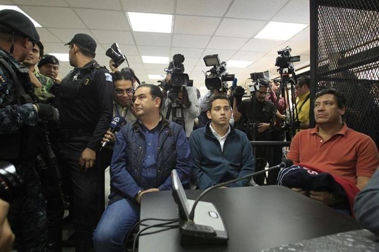 Samuel Morales, hermano del presidente Jimmmy Morales, y José Manuel Morales Marroquín, hijo del mandatario, detenidos por un caso de corrupción. (Foto Prensa Libre: Carlos Henrnández Ovalle)