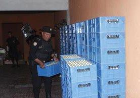 Un agente de la PNC contabiliza cajas de licor decomisadas en la cabecera de Chimaltenango. (Foto Prensa Libre: Víctor Chamalé)