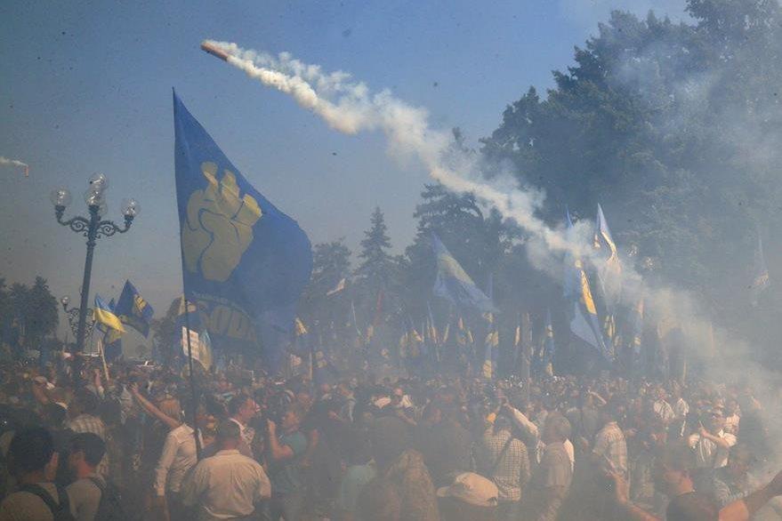Una bomba de humo se lanza a los manifestantes frente al parlamento ucraniano. (Foto Prensa Libre. AP).