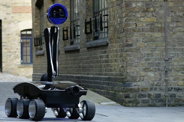 La empresa  Samsung presentó la semana recién pasada el NX Rover, un prototipo de robot fotógrafo que será controlado a distancia. El usuario solo necesitará una computadora y un programa especial para ordenarle a la máquina rodante qué imágenes necesita.