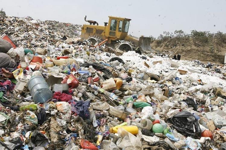 Una sola bolsa plástica puede tardar hasta 500 años en descomponerse, liberando además sustancias tóxicas al ambiente. (Foto Prensa Libre: Hemeroteca PL)