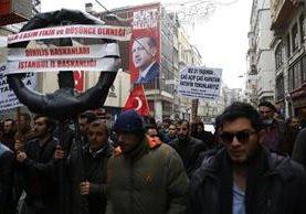 Turcos protestan contra Holanda en la embajada de ese país en Estambul. (Foto Prensa Libre: EFE)