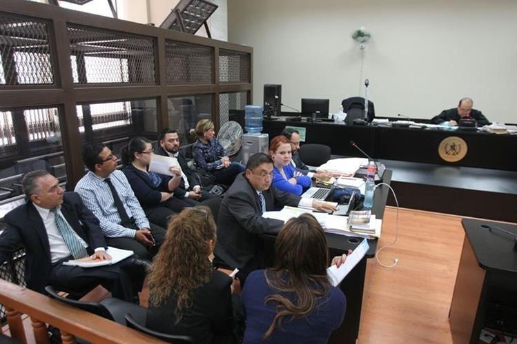Cinco de los 19 citados en el proceso de plazas fantasma en el Congreso, acuden al Juzgado Quinto Penal. (Foto Prensa Libre: Érick Avila)
