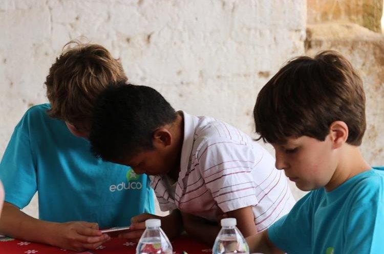 Niños youtubers juegan con el hermano de Sandra. Foto Prensa Libre: Héctor Cordero.