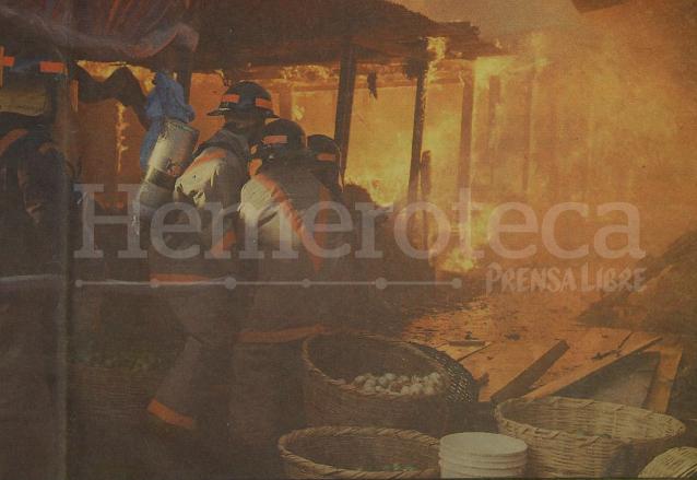 Bomberos voluntarios combatiendo el incendio que arrasó con más de 1,500 locales de la Terminal en 1993. (Foto: Hemeroteca PL)