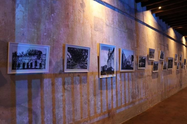 Una exhibición de fotografías familiares y de acontecimientos pasados hicieron viajar en el tiempo a un grupo de antigüeños. (Foto Prensa Libre: Julio Sicán)