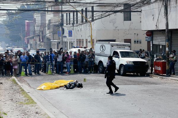El cadáver de Cristel Joctan López, fue asesinado por hombres armados intentaron robar su motocicleta en Tegucigalpa, Honduras. (Foto Prensa Libre:AFP).