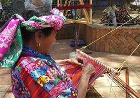 La tejedora María Chile muestra parte de su trabajo, en el parque de Santo Domingo Xenacoj, Sacatepéquez. (Foto Prensa Libre: Julio Sicán)