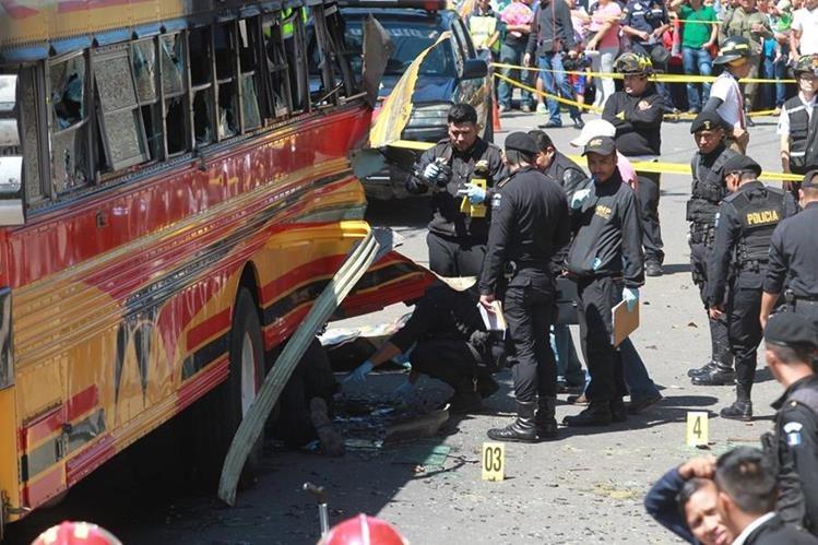 Una bomba estalló en un bus en San José Pinula las autoridades creen que el motivo fue por extorsión. (Foto Prensa Libre: Hemeroteca PL)