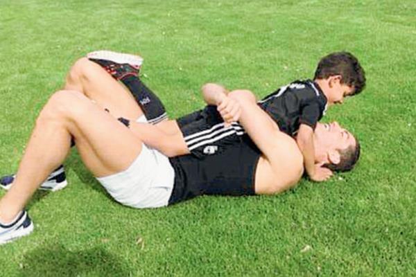 Cristiano disfruta los entrenamientos con su pequeño Junior. (Foto Prensa Libre: Cristiano Ronaldo)
