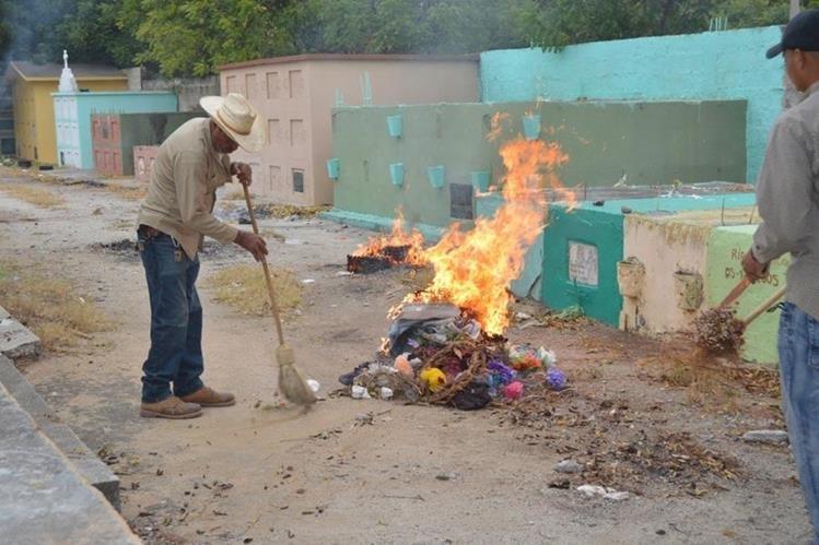 Dos empleados municipales queman basura en el cementerio de Zacapa. (Foto Prensa Libre: Víctor Gómez).