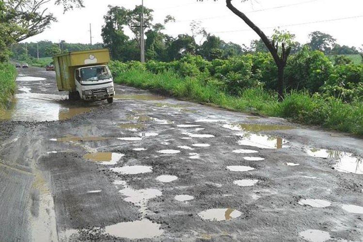 Unos 60 kilómetros de la ruta que conduce a las playas de Tulate se encuentran en pésimas condiciones. (Foto Prensa Libre: Melvin Popá)