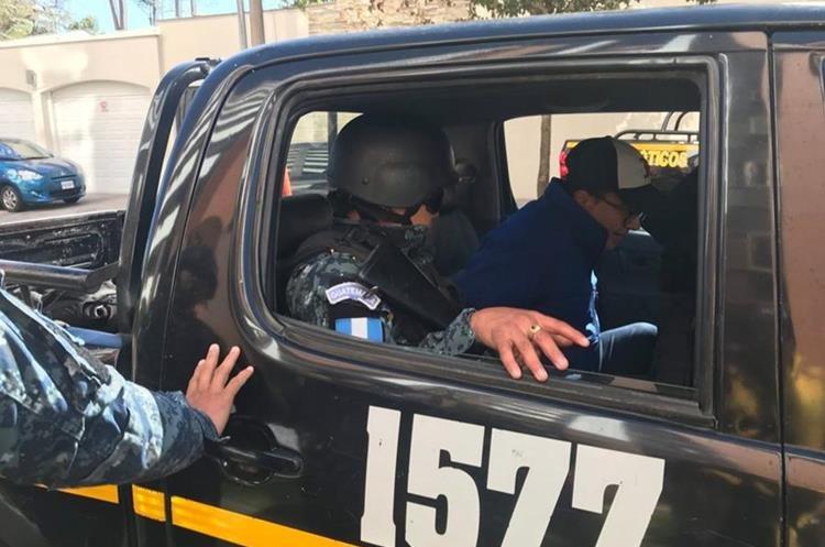 Ronald García Navarijo, cuando fue capturado por elementos de la PNC y conducido a Torre de Tribunales. (Foto Prensa Libre: Cortesía)