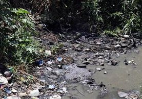 Los ríos de Huehuetenango están llenos de basura. (Foto Prensa Libre: Mike Castillo)