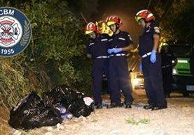 Los cadáveres fueron encontrados dentro de bolsas plásticas. (Foto Prensa Libre: CBM)
