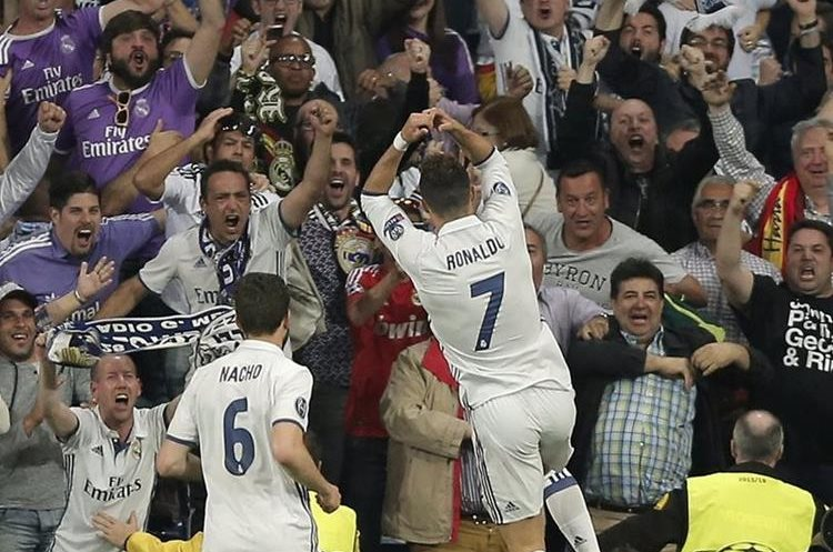 Nacho observa a Cristiano que festeja frente a sus seguidores el 3-0.