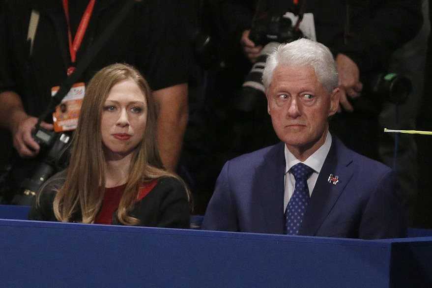 Bill Clinton (d) y su hija Chelsea (i), escuchan atentos el desarrollo del segundo debate presidencial. (Foto Prensa Libre: AP).