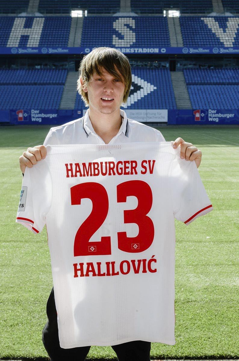 El futbolista croata Alen Halilovic posa durante su presentación como nuevo jugador del SV Hamburgo en el estadio Volksparkstadion de Hamburgo. (Foto Prensa Libre: EFE)