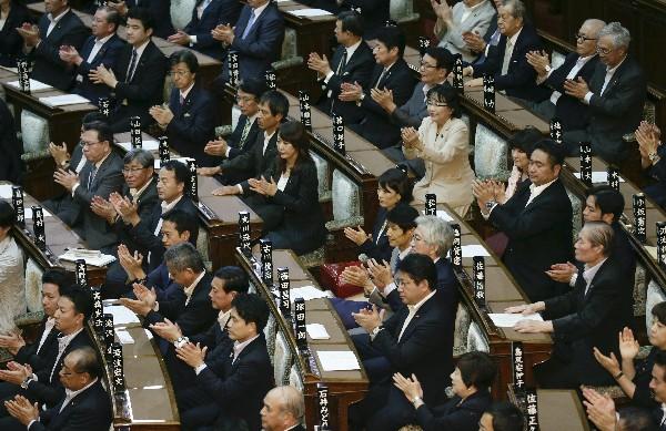 Diputados participan en la votación la polémica reforma militar.