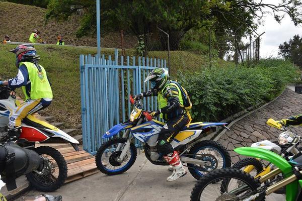 <p>Uno de los competidores pasa sobre las gradas de los alrededores del teatro (Foto Prensa Libre: Facebook/ Esbi González)</p>