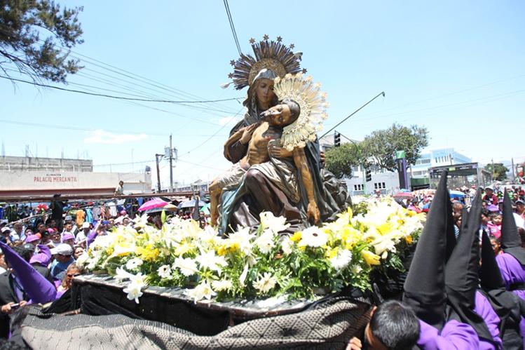 Nuestra Señora de la Piedad tenía 75 años de no salir en procesión. (Foto Prensa Libre: Óscar Rivas)
