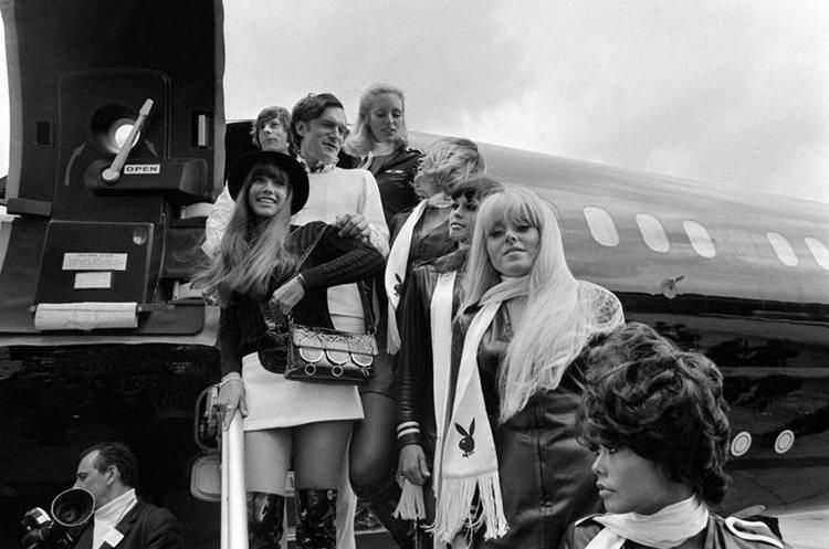 Foto tomada en 1970 muestra a Hefner junto a su novia la actriz Bárbara Benton.