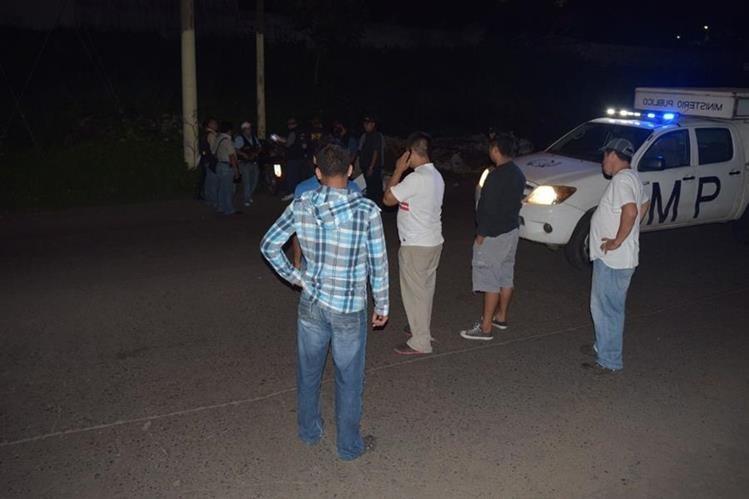Curiosos permanecen en el lugar del ataque armado, en la zona 2 de Escuintla. (Foto Prensa Libre: Enrique Paredes).
