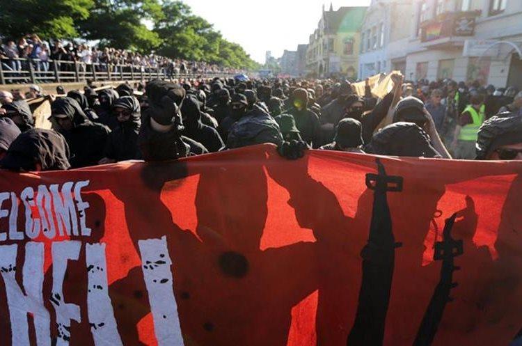 """""""Bienvenidos al infierno"""" es el nombre de la manifestación en Hamburgo. (Foto Prensa Libre: EFE)"""