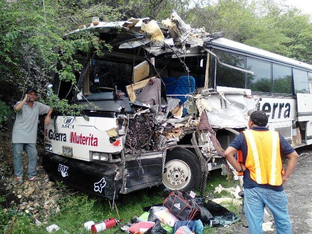 El bus tipo pulman de servicios Guerra Muterita colisionó con un tráiler en el km 69, entre Sanarate y Guastatoya, El Progreso. (Foto Prensa Libre: Héctor Contreras)
