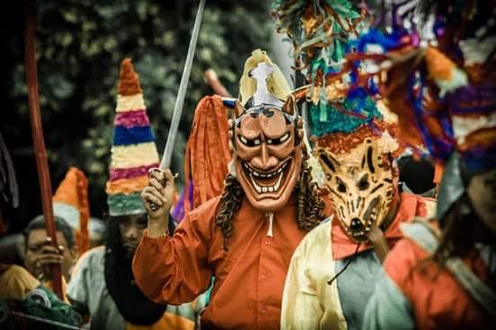 En Santo Tomás La Unión, Suchitepéquez, los vecinos esperan con ansiedad el Viernes Santa para participar en el ritual Soltemos al cachudo, que consiste de una pelea entre centuriones y judíos. (Foto Prensa Libre: Melvin J. Popá)