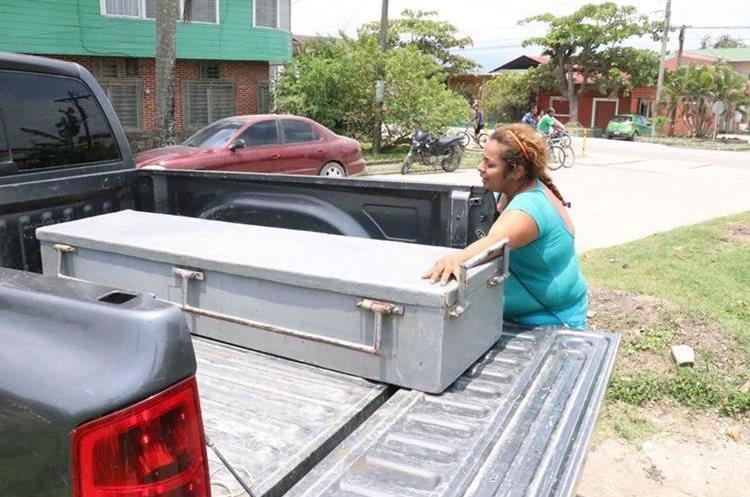 La madre de Fernanda Guillen llora frente al féretro donde el cuerpo de su hija  fue trasladado a la morgue del Inacif, en Puerto Barrios, Izabal. (Foto Prensa Libre: Dony Stewart)