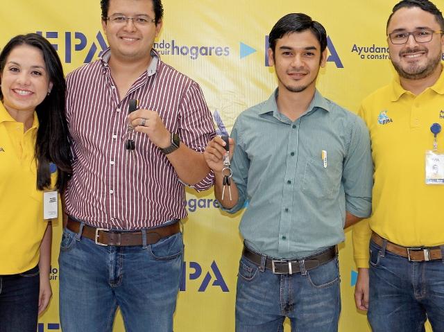 Andrea Villatoro, coordinadora de Promociones EPA; Sergio Cano y Saúl Girón, ganadores; René Vargas, coordinador de Medios Epa.