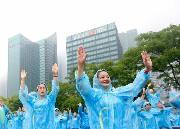 Un grupo de mujeres participan en el baile en el Bund en Shanghai.(AP).