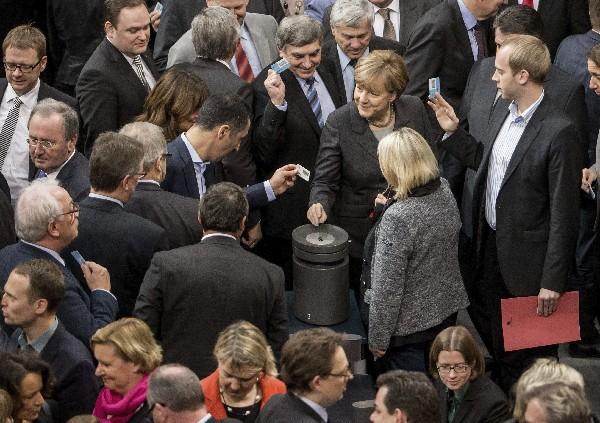 La canciller alemana, Ángela Merkel (c), vota durante la sesión celebrada en el Bundestag.