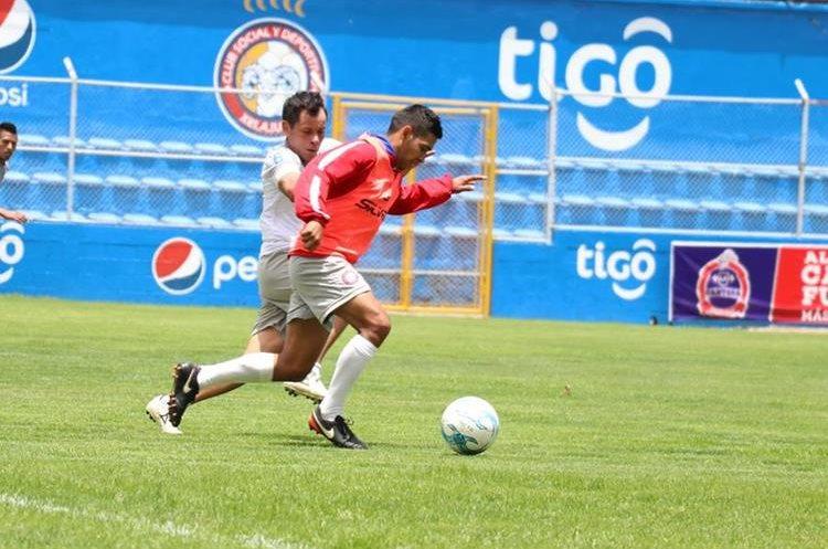 Albizures conduce el balón durante el entrenamiento de Xelajú MC en el estadio Mario Camposeco. (Foto Prensa Libre: Raúl Juárez)