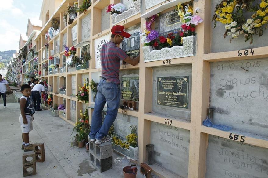 Personas visitan el cementerio de Santa Catarina Pinula para conmemorar el Día de Todos los Santos. (Foto Prensa Libre. Paulo Raquec)