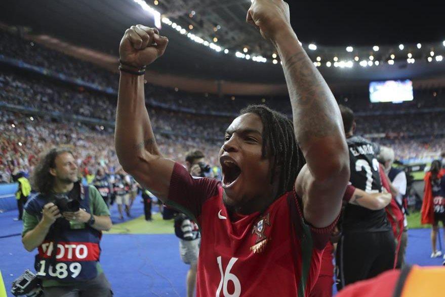 El joven jugador Renato Sanches fue campeón con Portugal en la Eurocopa. (Foto Prensa Libre: EFE)