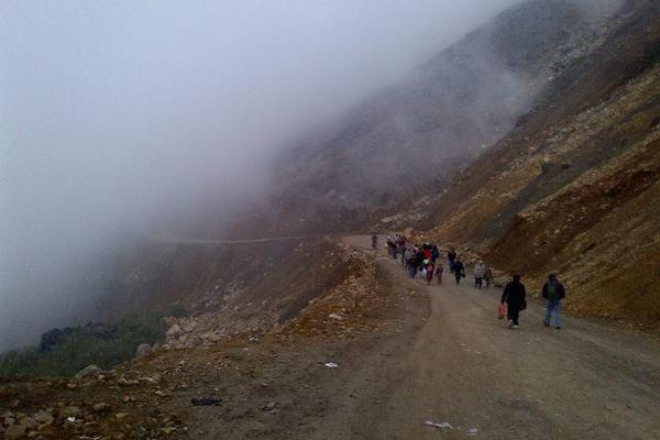 """<p>Pobladores que transitan por el Cerro Los Chorros tuvieron que caminar, debido a que manifestantes bloquearon el paso a vehículos. (Foto Prensa Libre: Eduardo Sam Chun)<br _mce_bogus=""""1""""></p>"""