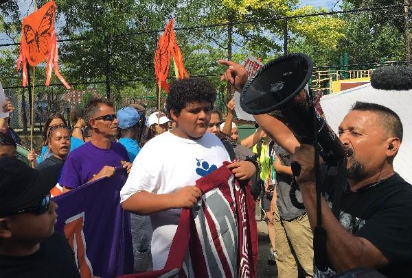 Inmigrantes y activistas marchan en Capitol Park anter de la Convención demócrata.