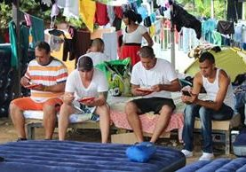 Cientos de cubanos se encuentran varados en la frontera entre Costa Rica y Panamá. (Foto Prensa Libre: EFE)