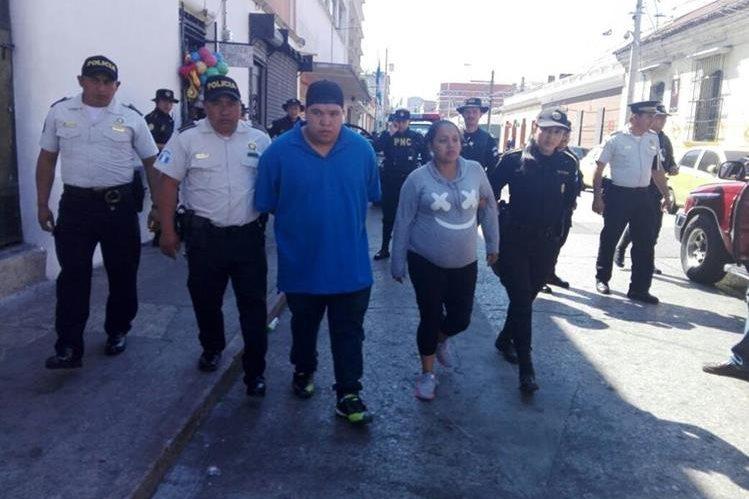 Los supuestos extorsionistas al momento de ser trasladados a Tribunales. (Foto Prensa Libre: PNC).