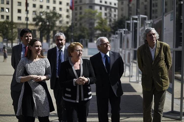 La presidenta de Chile, Michel Bachelet (segunda a la izquierda), encabeza actos de conmemoración del golpe de Estado. (Foto Prensa Libre: AFP)