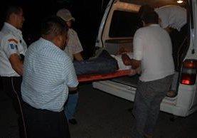 <p>Socorristas trasladan al piloto herido José Mario Andrade a un centro asistencial de Coatepeque. (Foto Prensa Libre: Alexander Coyoy) <br></p>