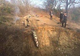 Cadáveres de víctimas son rescatados de una fosa en la cabecera de Zacapa. (Foto Prensa Libre: Víctor Gómez)