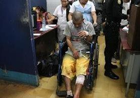 Uno de los dos reos por la explosión de una granada en la cárcel de Mazatenango, Suchitepéquez, es atendido en el hospital nacional. (Foto Prensa Libre: Cristian Soto)