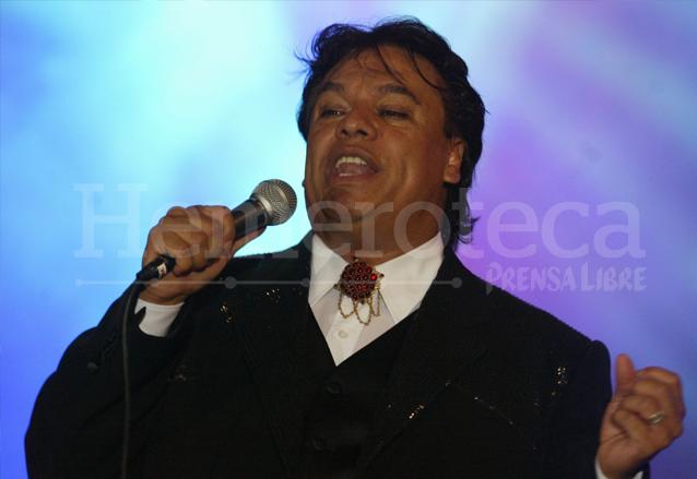 El Divo de Juárez se entregaba al público en cada presentación. Foto del 2004 en su presentación en Guatemala. (Foto: Hemeroteca PL)