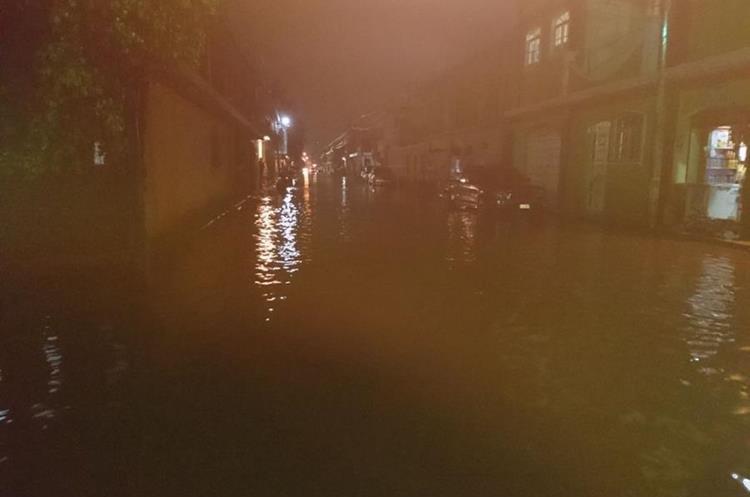 Calle inundada en Santa Cruz del Quiché. (Foto Prensa Libre: Héctor Cordero).